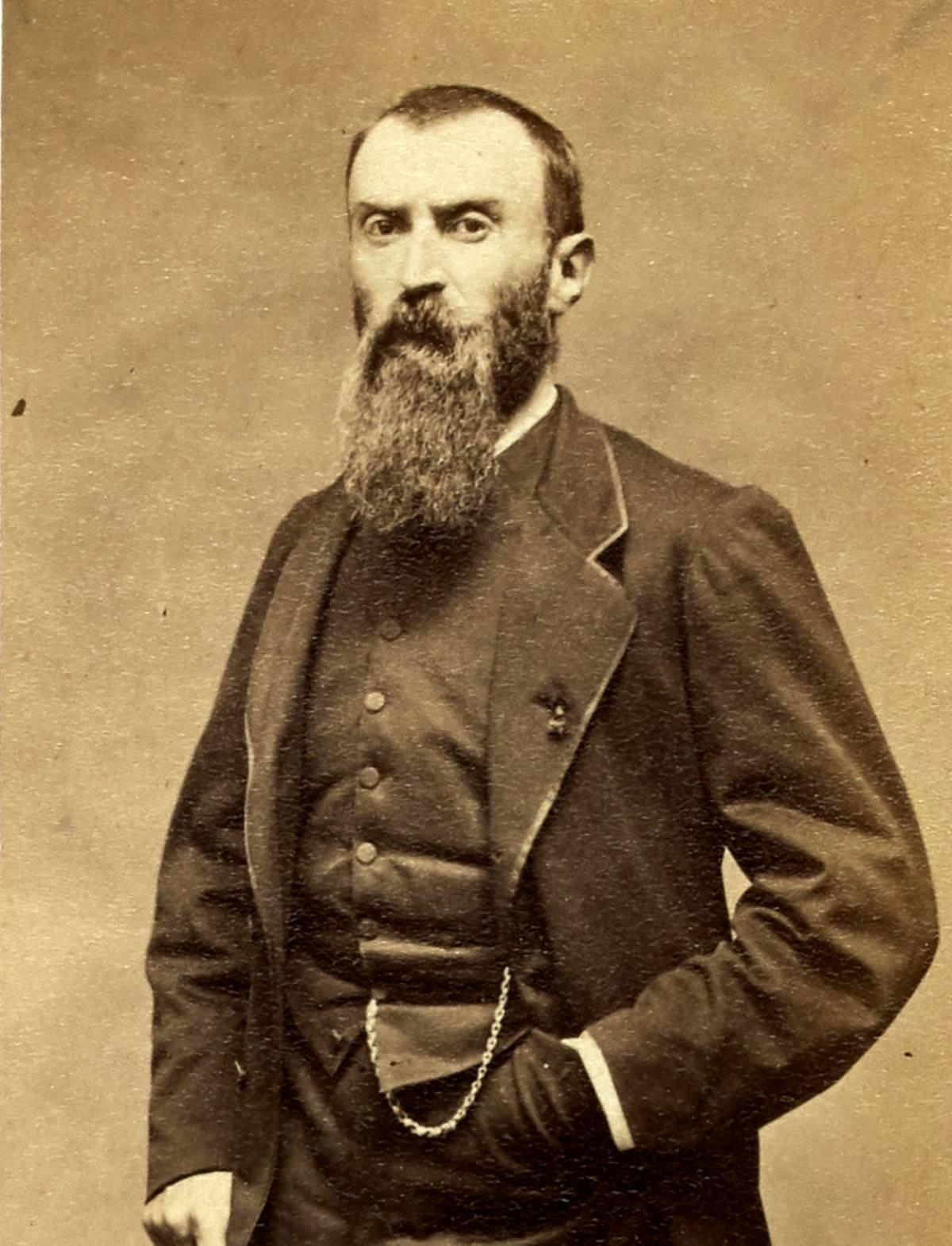 Razoua Eugène (1830-1878 ?). Militaire, journaliste et membre de la Commune, il est le compagnon d\'armes de Louise Michel. Il est aussi commandant de l\'Ecole militaire et membre de la Cour martiale et est condamné à mort par contumance par le Conseil de guerre.