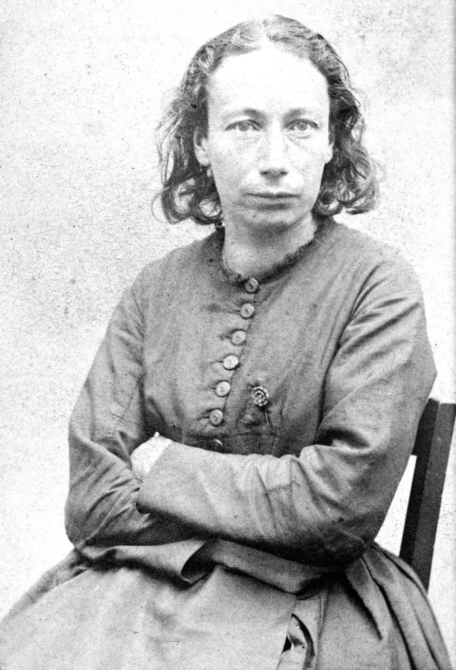 Portrait de Louise Michel (1830-1905), dite La Vierge rouge, institutrice et garde nationale pendant la Commune de 1871.