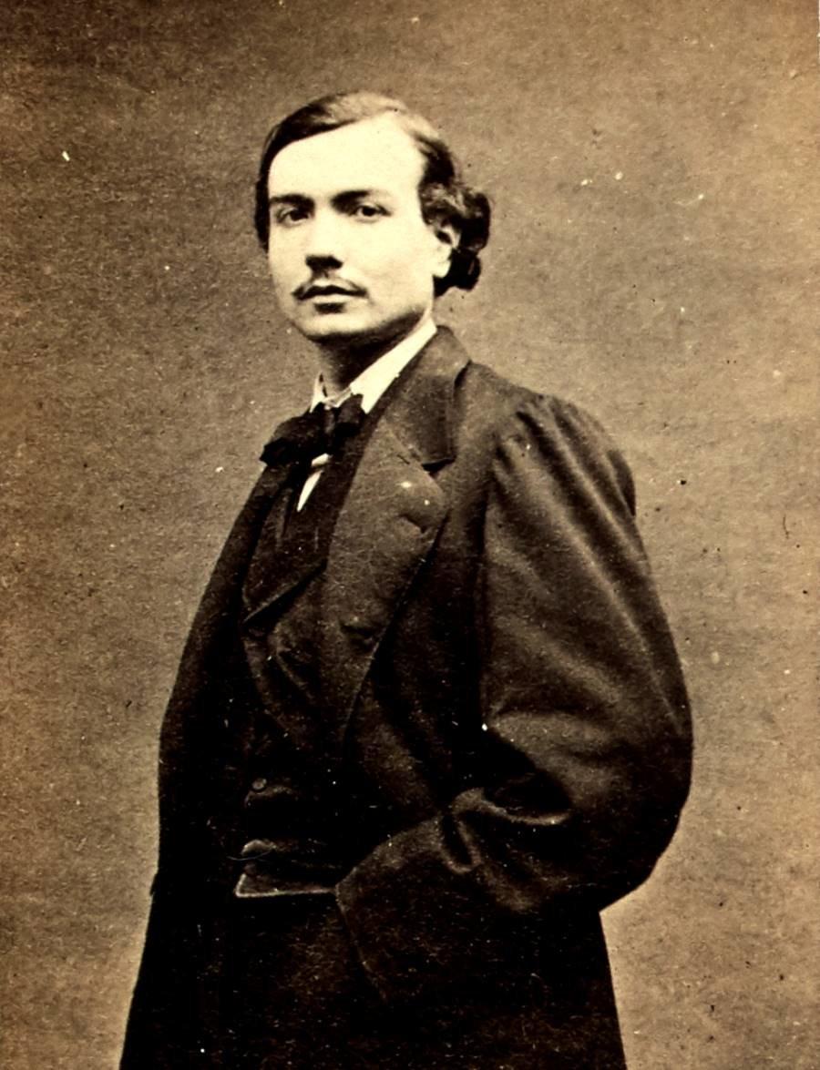 Vermorel Auguste-Jean-Marie (1841-1871). Journaliste, il fonde le journal La Jeune France et membre de la Commune, il siège à la Commission de la justice. Il est emprisonné à Versailles où il meurt des suites de ses blessures reçus sur les barricades pendant la Semaine sanglante (21 au 28 mai 1871).