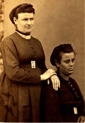 Portrait des soeurs Clémence, pris à la prison des Chantiers à Versailles. Commune de Paris, 1871.