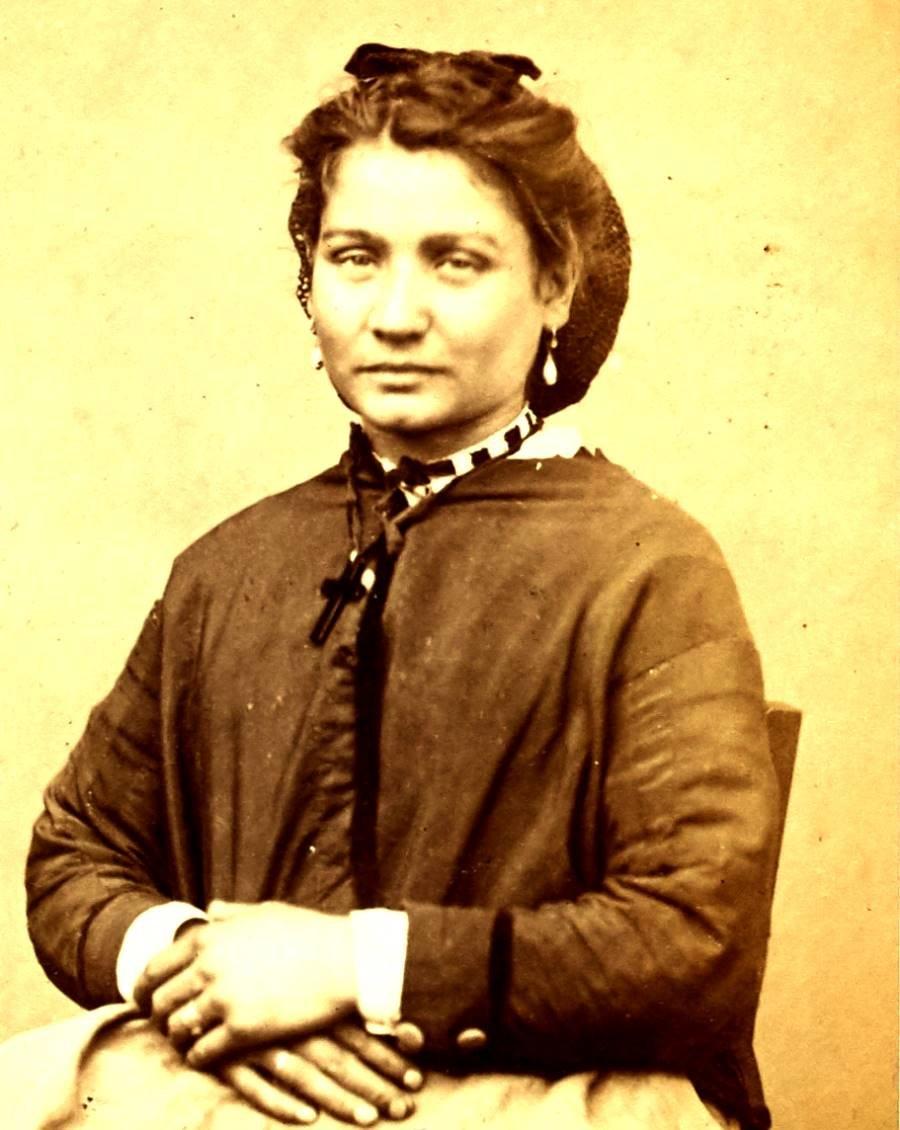 Portrait de Varnier Victoria, pris à la prison des Chantiers à Versailles. Commune de Paris, 1871.